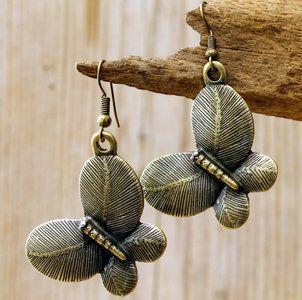 Bronskleurige vlinder oorbellen Afmeting vlinder 28 x 35 mm. Lengte van de oorbellen gemeten incl. haakje 5,8 cm.  Wil je graag echt zilveren haakjes aan de oorbellen? Deze kun je er extra bij best...