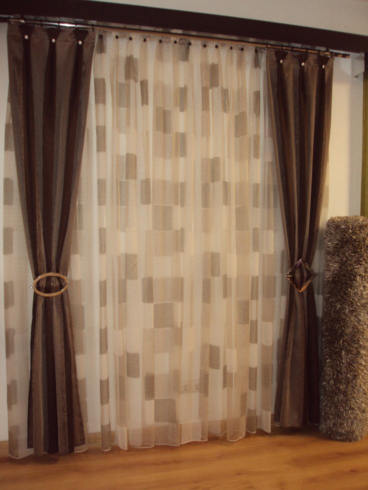 organza beige, con detalles en la gama de marrones, caidas de color marron, galeria de madera, abrazaderas ovaladas, alfombra de pelo, en todos marrones.