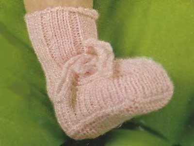 Simpatiche babbucce lavorate a coste larghe che rendono elastico il modello.