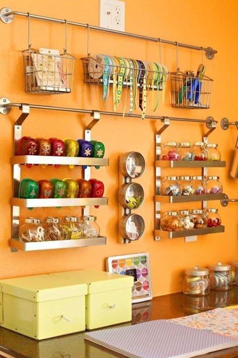 Dieses Aufbewahrungssystem von Ikea ist eigentlich für die Küche gedacht. Es eignet sich aber auch einwandfrei für die Bastelsachen im Hobbyraum. http://www.heftig.co/35-tipps-fuer-ordnung/