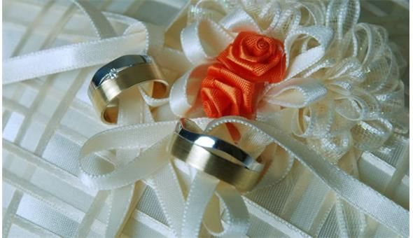 You are allowed to take some jewelry from the ones you already have or if you want a totally new look, you can acquire very new pieces. It is important to have something that you find very appealing and will make you stand out at your wedding. Your jewelry should blend well with the dress as well as the theme of the wedding, but whatever the theme is, the jewelry should make you look royal for that day...
