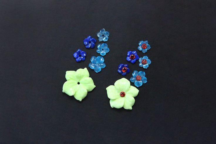 Комплект резных цветочков для сережек Хризопраз австралийский, Агат голубой (не крашеный) лазурит и гранаты. Все камни натуральные. Буду делать серьги, в белом золоте, дополню бриллиантами и рубинами, может быть еще чем то, пока не знаю.😊 Стоимость 12 камней 17700р. #хризопраз #агат #агатголубой #лазурит #резьбапокамню #натуральныекамни #серьгиназаказ #хризопразавстралийский #ювелирныеукрашенияручнойработы