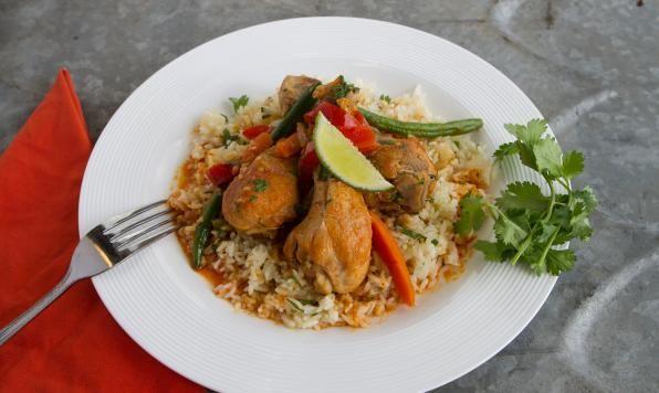Ragoût de poulet braisé au cari rouge thaïlandais---------------Moitié ragoût, moitié soupe, ce plat glorieusement équilibré est cuit lentement.