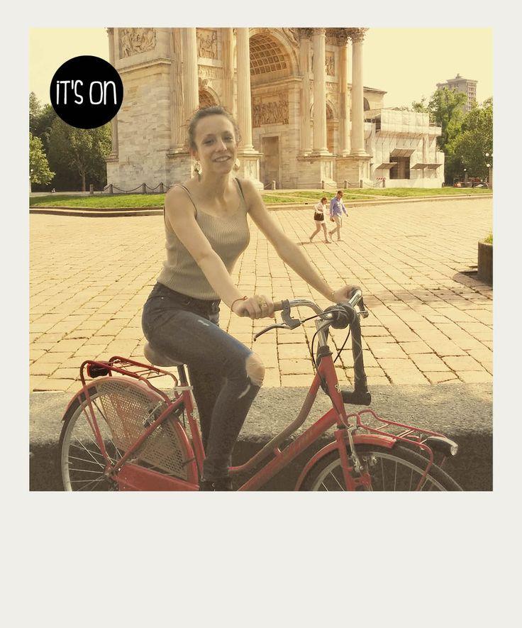 Giulia Io vado a scuola in bicicletta. L'altro giorno sono andata a fare un giro a Como con la mia bici e il mio ragazzo. Me l'hanno rubata già due volte tra l'altro.