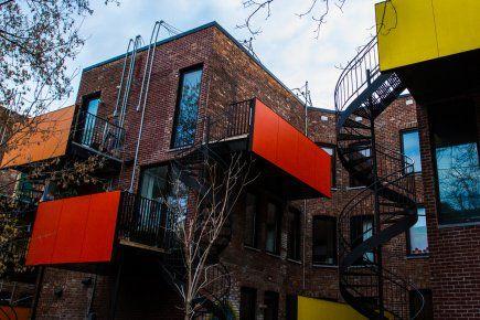 Trois architectes ont créé des balcons aux couleurs vitaminées, histoire de mettre du «pep» dans leur cour, hiver comme été. En prime, leur cuisine est illuminée et leur intimité, préservée.