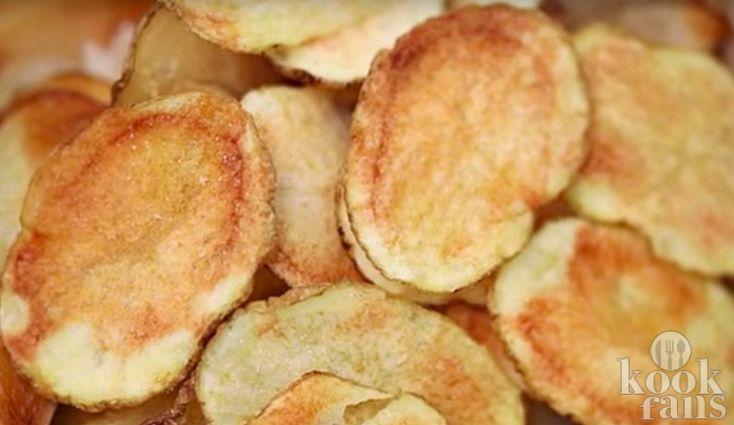 Makkelijker kan het niet! Soms heb je tergend veel zin in een chips, maar kun je het niet opbrengen om naar de supermarkt te gaan. Als je aardappelen in huis hebt, hoeft dat ook helemaal niet. Je kunt heel makkelijk binnen twee minuten je eigen chips maken!  Chips is zowel een vriend als een vija