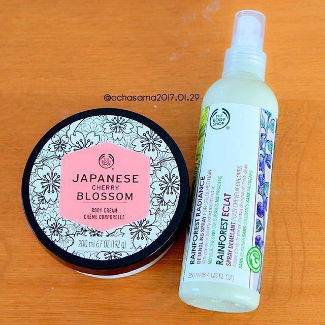 【ochasama】さんのInstagramをピンしています。 《今年も一番好きな 桜のボディバターが来た(∩´∀`∩)♡ この香り好きすぎて たまらん♡♡♡ ヘアスプレーも買ってきてもらった\ ♪♪ / 悪くないけど スプレーの押すところが 硬くて 押しにくい。 . #thebodyshop #ボディショップ #Japanesecherryblossom #ジャパニーズチェリーブロッサム #桜 #ボディクリーム #ボディバター #レインフォレストラディアンスディタングリングスプレー #ヘアスプレー #洗い流さないトリートメント》