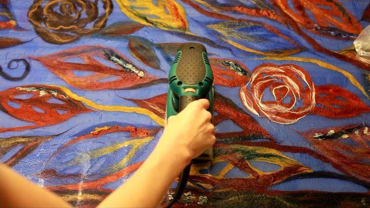 Когда я только начинала учиться валянию, после колючих цветочков, первыми моими работами были шарфики на шелке. И даже спустя 6 лет я продолжаю считать, что лучшее изделие для первых шагов - это шарфик: - шарф не привязан к размеру, поэтому с ним нельзя ошибиться в расчетах усадки - шарф не несет силовой нагрузки, поэтому его можно носить, даже если вы еще не осознали степени готовности войлока -…