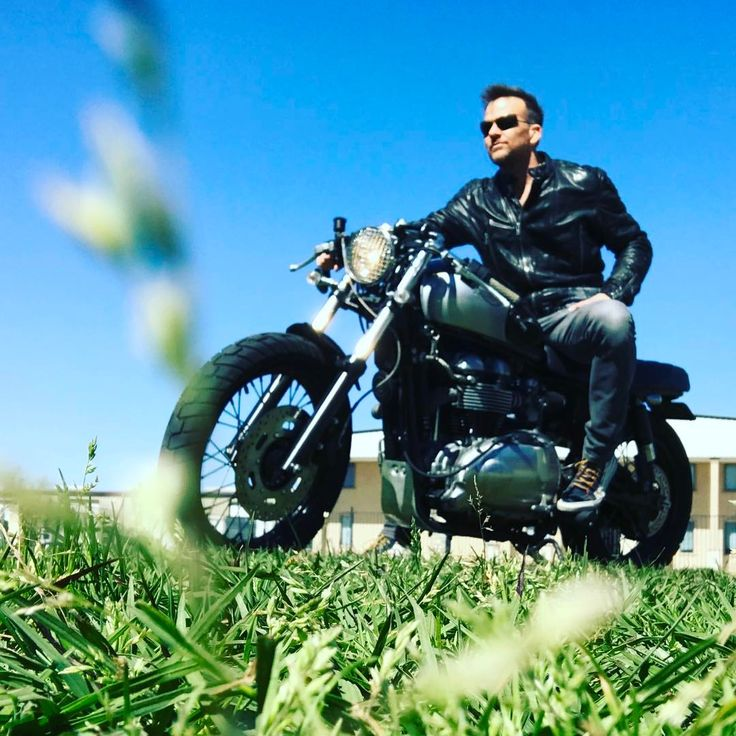 "Sean Patrick Flanery (@spflanery) auf Instagram: ""I used to ride a wheelie for an entire block on a Schwinn Stingray... barefoot... and in a…"""
