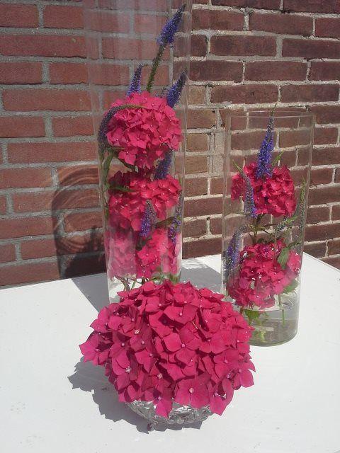 wat je al niet met een paar hortensia bloemen en 2 hoge vazen en een bonbonschaaltje kunt doen