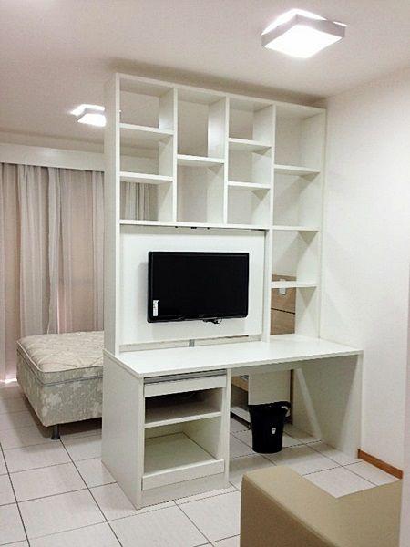 Uma tv para dois ambientes painel de tv televis o e - Estantes para interior ducha ...