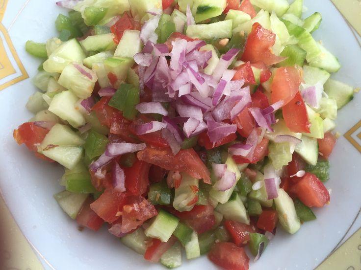 Ma petite salade réalisée a l'instant ( concombres / tomates / poivrons verts…
