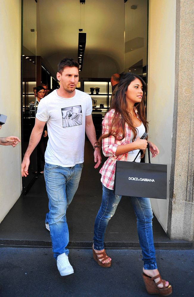 Leo Messi and his partner Antonella spotted in Milan while shoppting at the #dolcegabbana boutique