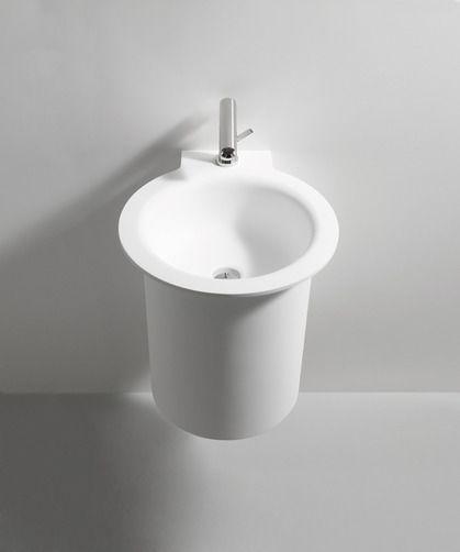 De Agape In Out wastafel is volledig gemaakt in wit Exmar. Kenmerkend aan deze design wastafel de grote ronde kom omringd door een dunne rand  Minimalistisch qua vormgeving. De In - Out wastafel is verkrijgbaar in verschillende versies: wandmontage, hoek
