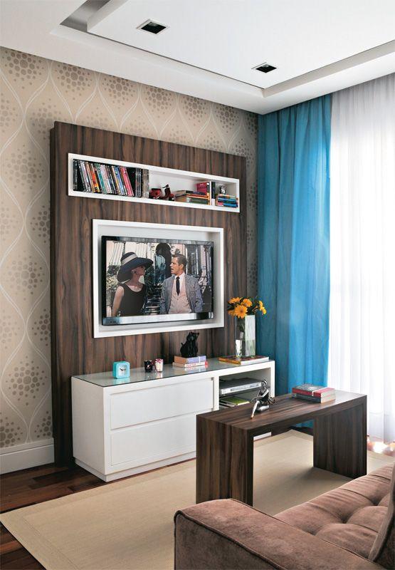 Sala de estar com painel de madeira e mesa de centro