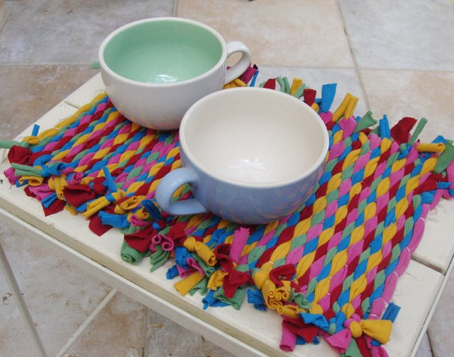 Create colorful woven placemats from recycled t-shirts! By Creative Jewish Mom featured @totgreencrafts