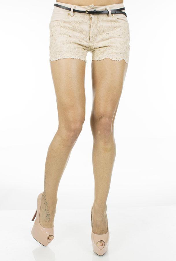 Pantalon Dama Beige Flowers  Pantaloni dama ce imbina perfect stilul elegant cu cel casual. Design interesant cu taietura moderna.  Detaliu - insertie de dantela fina in partea din fata.  Include curea.     Lungime: 30cm  Latime talie: 35cm  Compozitie: 36%Bumbac, 65%Vascoza