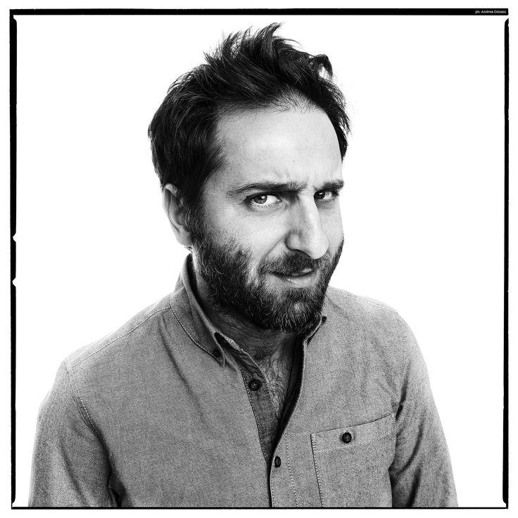 """Matteo Caccia, 40 anni, è uno """"storyteller"""", cioè un narratore di storie in radio, e non solo, che piacciono sempre di più. Provare per credere."""