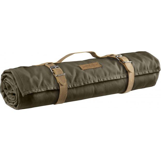 Quiltad friluftsfilt i G-1000 Original och filtad ullblandning som står emot markfukt. Packas med läderremmar med bärhandtag.