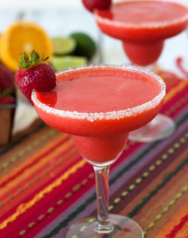 Frozen Virgin Strawberry Margarita | 10 Delicious Non-Alcoholic Cocktails You Can Serve on New Years Eve | https://homemaderecipes.com/non-alcoholic-cocktails/