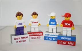 Lego figuurtje met blokjes op magneet: de kleuren van het petje, torso, beentjes, blokje en de drukkleur + tekst en lettertype kunnen gekozen worden.