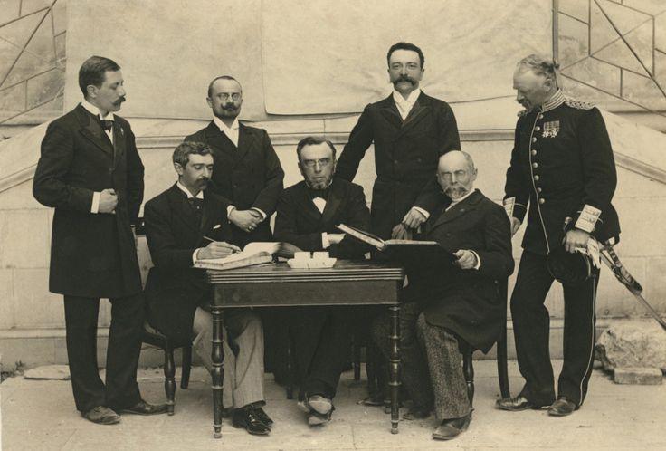 Le fondateur des Jeux olympiques modernes Pierre de Coubertin (assis à gauche), entouré de quelques membres du premier Comité olympique international à Athènes, en 1896.