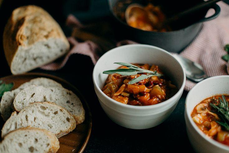 Vegan minestrone soep. Een makkelijk, gezond en lekker recept voor koude winterdagen. Dit gerecht is plantaardig en glutenvrij.