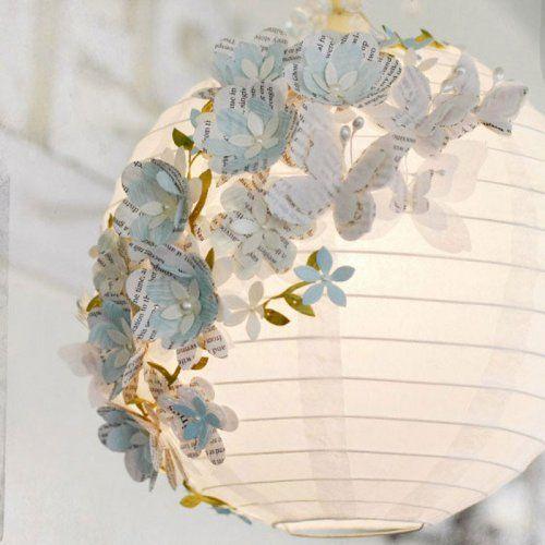 Une lanterne ornée de papillons en papier