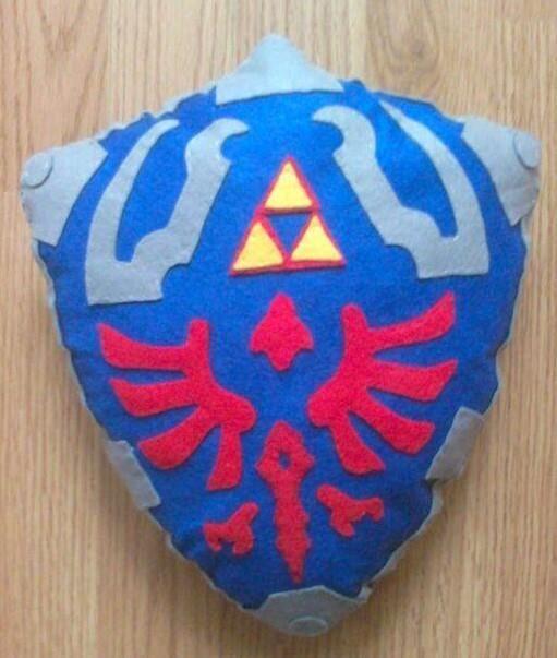 Cojín del escudo de Zelda hecho artesanalmente en fieltro. 24€ https://www.facebook.com/complementosaliehs/