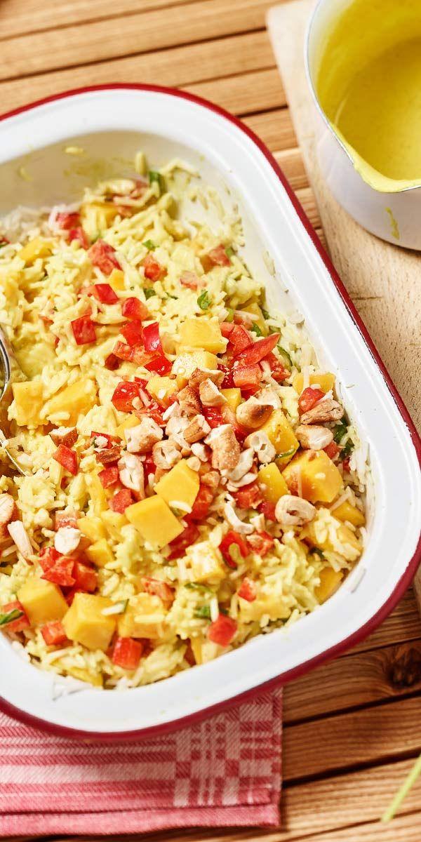 Salat muss nicht langweilig sein, ganz im Gegenteil! Wie abwechslungsreich und vielfältig Salat-Gerichte sein können, zeigen wir dir mit diesem fruchtigen Reissalat mit Curry-Sauce. Mit Mango und Cashewnüssen aufgepeppt, erhält er eine exotische Note.
