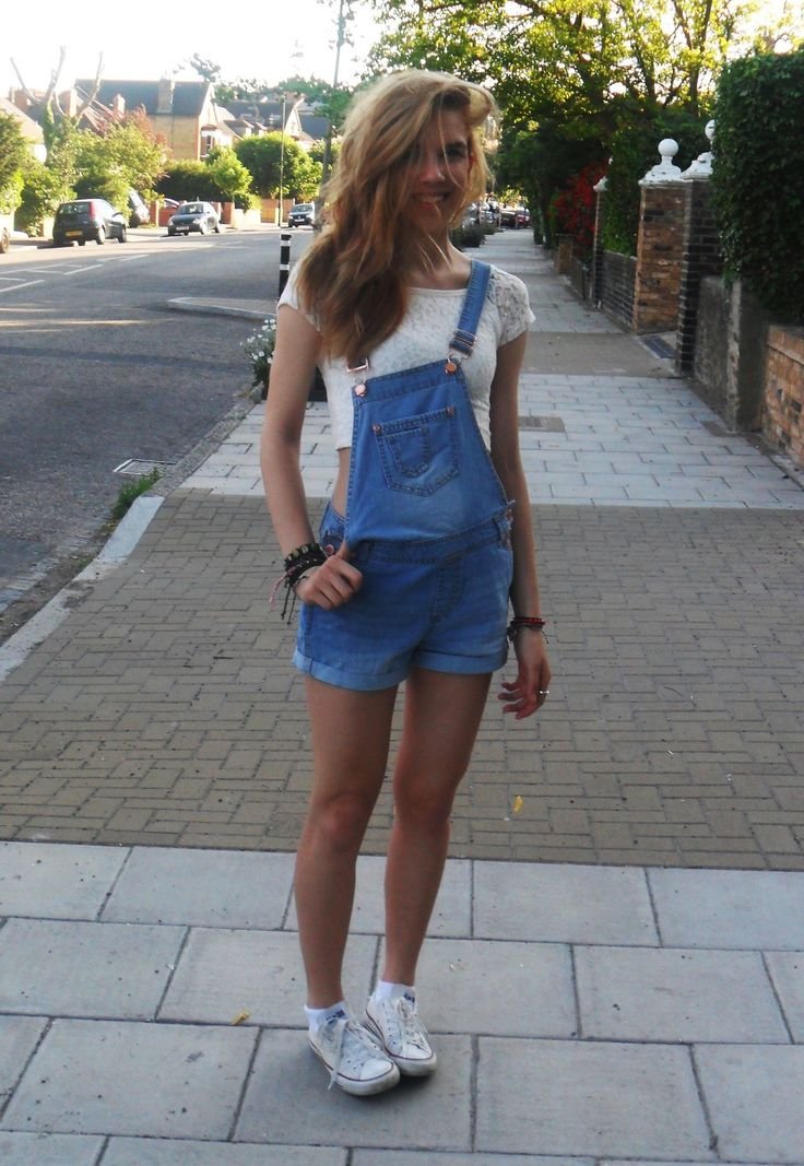 I'm not a big fan of the overalls trend but this outfit is so cute!