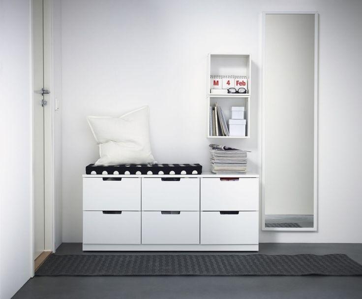 banc entrée blanc avec rangements, un miroir mural pose verticale et un module mural de rangement