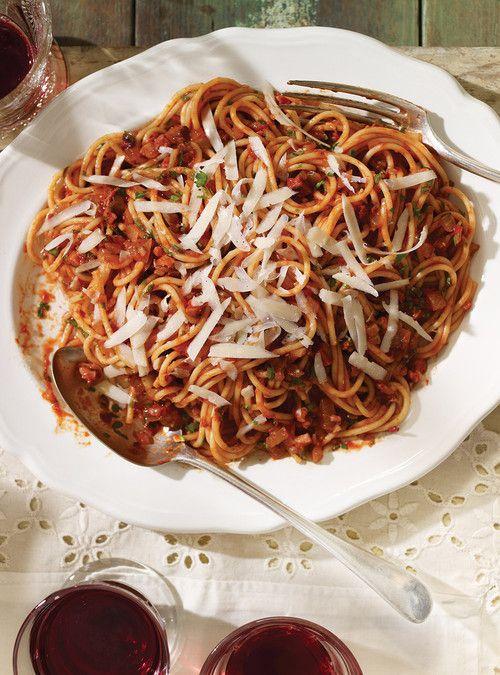 Spaghetti all'amatriciana. - (Spaghettis à la sauce tomate piquante) - recette à Ricardo