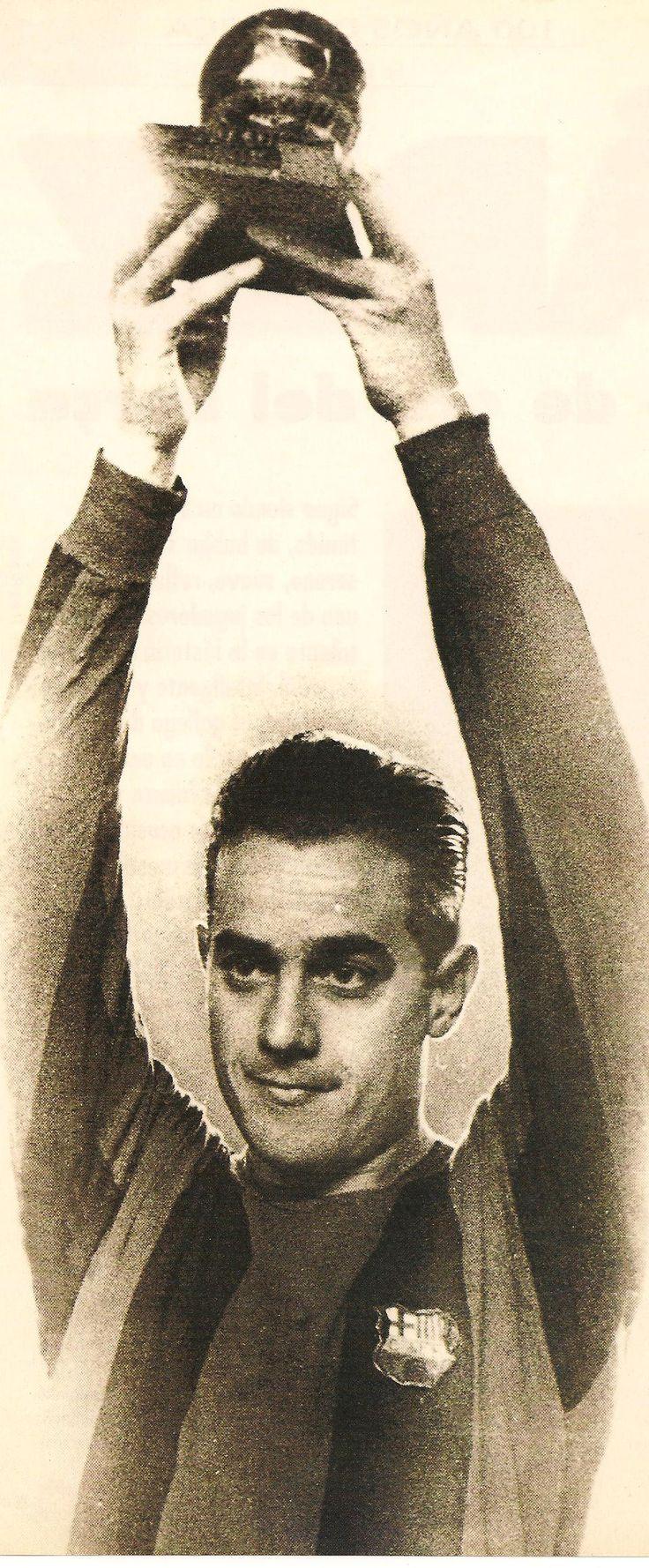 Luis Suárez aixecant la Pilota d'Or de 1960