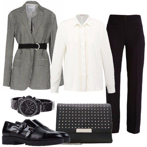 """Il blazer pied de poule con cintura, molto """"in"""" questa stagione va bene con la camicia bianca con profilo in pizzo, i pantaloni neri, le scarpe maschili, la tracolla e l'orologio cronografo."""