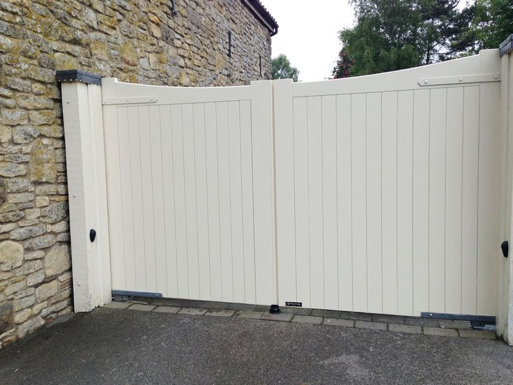 Cream painted timber gate replacement installed by the experts at Swan Gates Yorkshire. Fully Automated, this is a lovely set of electric gates