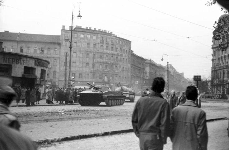 Nyugati (Marx) tér a Nyugati pályaudvar elől nézve. A szovjet csapatok ideiglenes kivonulása 1956. október 31-én.