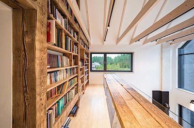 Trámy využití pro konstrukci knihovny architekti zachránili z jednoho starého domu z nedaleké Poznaně.