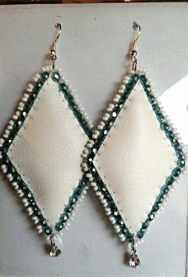 Orecchini rombo in ecopelle bianca con cristalli verdi e perline bianche,tutto ricamato a mano