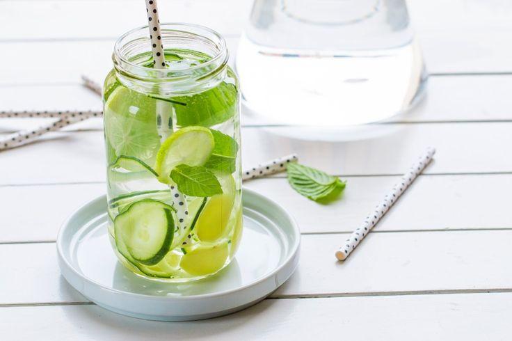 Lavate con cura gli ingredienti, insistendo sulla buccia di cetriolo e limone. Affettate il cetriolo, lo zenzero pelato e il limone.