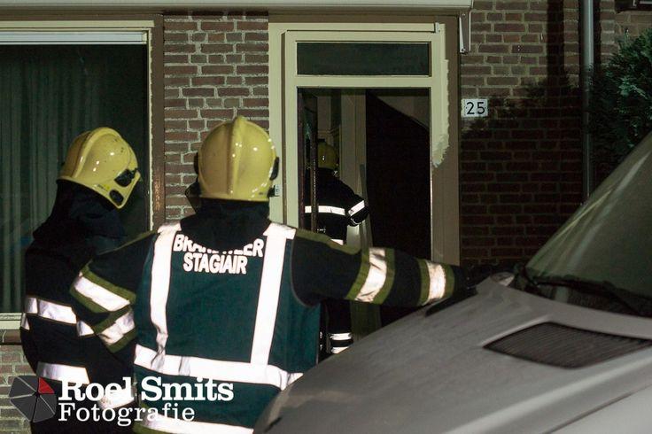11-01-2013 – Eindhoven – Rossinilaan – Brandweer breekt deur open bij woningbrand Op de zolder van een rijtjeshuis aan de Rossinilaan in Eindhoven heeft vrijdagavond korte tijd brand gewoed. De brandweer heeft zich toegang verschaft tot de woning in de wijk de Bennekel door de voordeur te forceren. Er bleek niemand aanwezig in de woning. Over de oorzaak is nog niets bekend. http://roelsmitsfotografie.nl/?p=118389