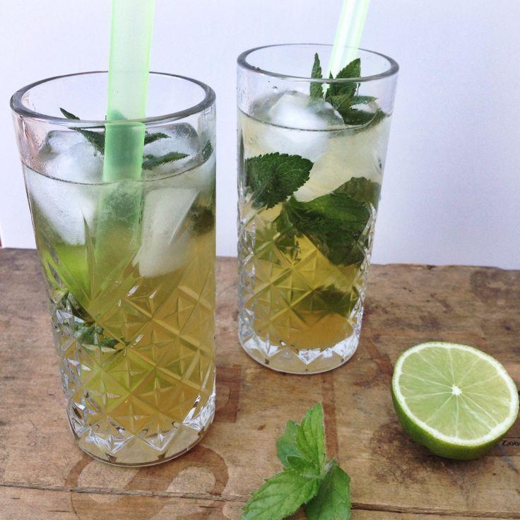 De mojito cocktail maak je met rum, limoen en munt. Een heerlijk frisse cocktail. Een drankje voor een zomerse dag en lekker bij een salade of een barbecue.