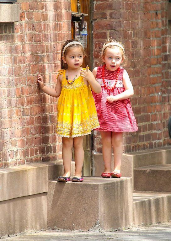 Μάιος 2013: Η Tabitha και η Marion με κίτρινο και κόκκινο φορεματάκι αντίστοιχα ετοιμάζοντας κάτι ύποπτο.