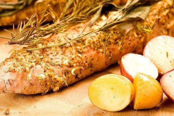 Жареная свиная вырезка в крупной соли и специях