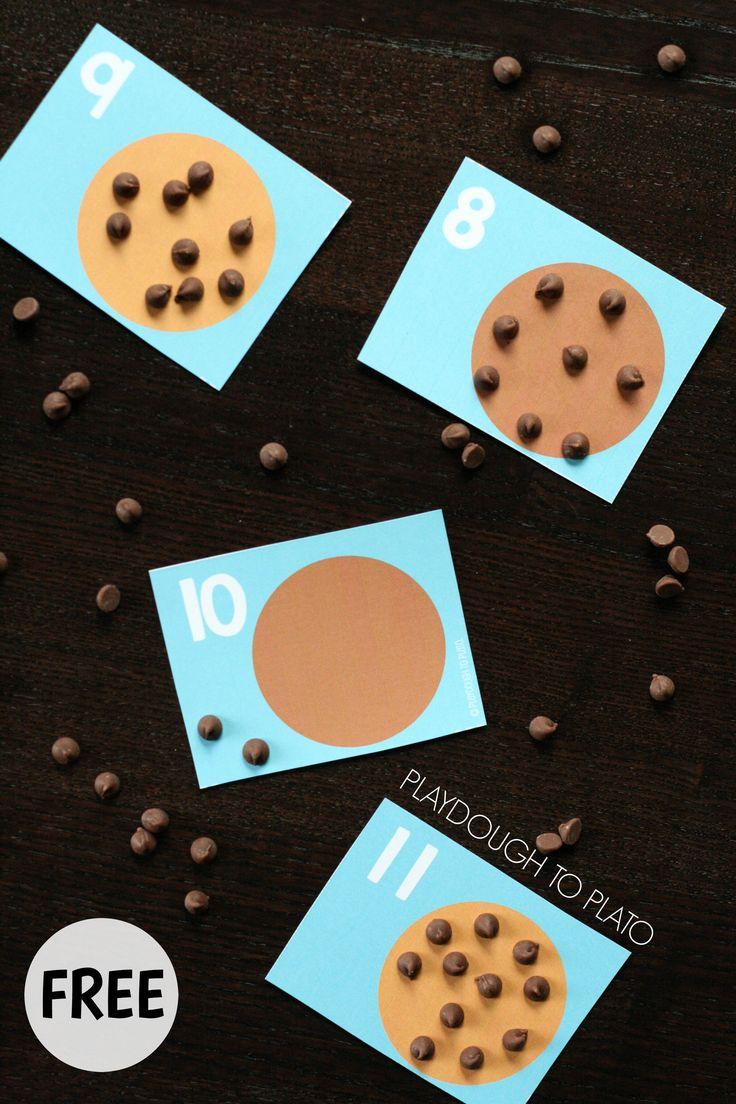 Poner las chispas de chocolate según el numeral señalado en la galleta.
