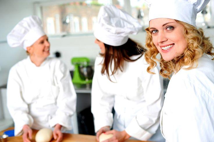 Vous avez toujours aimé faire des gâteaux ? Découvrez sur cette fiche comment accéder au métier de pâtissier : formation, salaire, qualités requises… via www.fichemetier.fr - Mots clés : #metier #formation #job #fichemetier #cooking #cook #chief