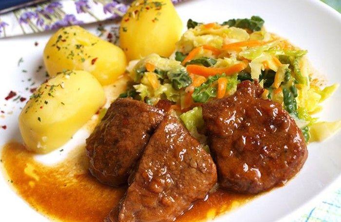 Luxusní hlavní jídlo. Hovězí maso v kombinaci s kapustou a mrkví je vynikajíci. A ještě jako příloha vařené brambory.