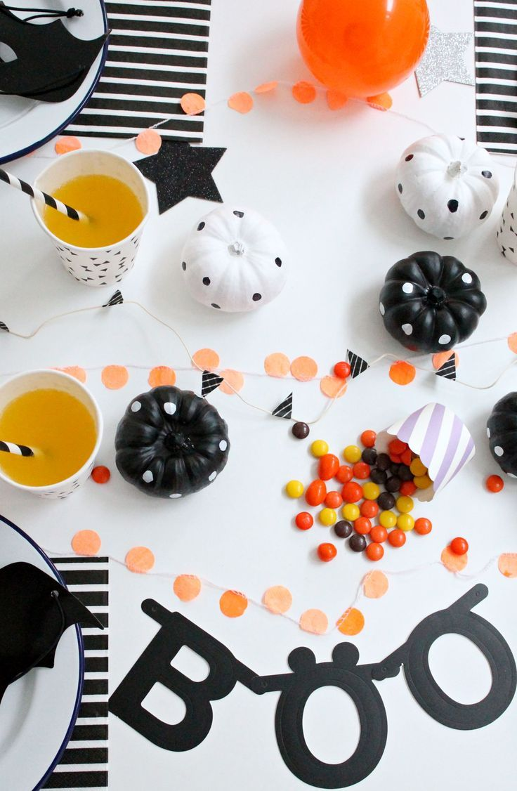 cute, modern Halloween party table! #halloween #decorating #party