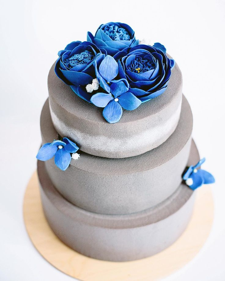 will you marry me? 💙 // Я бы ещё раз сыграла свою свадьбу 😂 сделала бы все-все по-другому! Ну кроме мужа 😂 свадебные торты вообще будоражат во мне бурю эмоций, прямо вот весь спектр 😁 А ещё мы делаем вот такие цветы 👆🏼на торт. Сами, все сами:) И вот этот серо-синий герой весит 8,5 кг без учёта этих самых цветов. Вот так:) #souldesserts_cakes