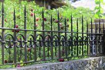 Ковано-сварные навершия на забор из камня